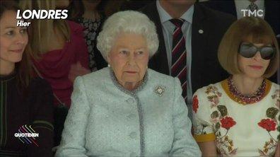 L'image du jour de Julien : rencontre insolite entre Anna Wintour et la reine Elizabeth II