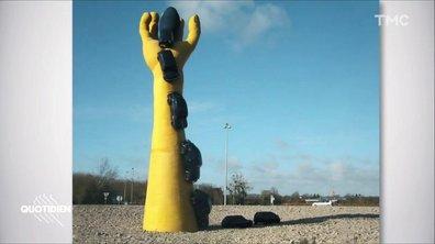 Zoom : Christophe Castaner, la sculpture de la main jaune et les Buddhas de Bamiyan