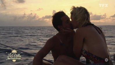 ROMANCE – Yoni et Nadège s'embrassent au coucher du soleil
