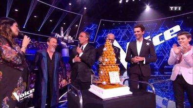 """Gâteau surprise sur le plateau de """"The Voice"""" pour l'anniversaire de Nikos"""