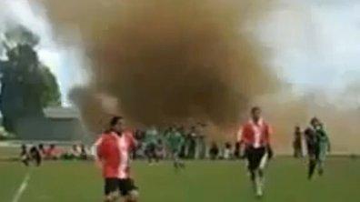 Insolite : une tornade en plein match ! (vidéo)