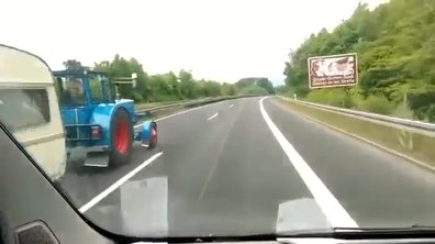 Insolite : Il se fait doubler par un tracteur avec caravane sur l'autoroute !