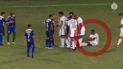 Ce joueur au Brésil qui essaye de tromper l'arbitre !