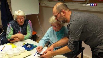 Un atelier pour que les seniors apprivoisent les smartphones