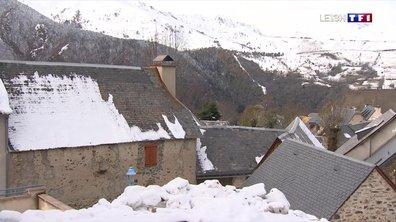 Une épaisse couche de neige couvre les sommets des Pyrénées