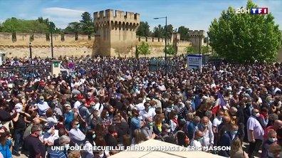 Une foule recueillie rend hommage à Éric Masson