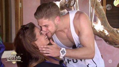 Alex vient voler un bisou à Elodie