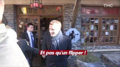 La visite insolite d'Emmanuel Macron dans une galerie d'art un peu osée