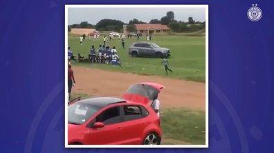Mécontent de l'arbitrage, il débarque sur le terrain... en voiture
