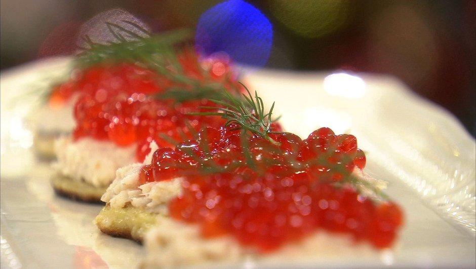 blinis-de-pommes-de-terre-truite-fumee-aux-oeufs-de-saumon-2734775