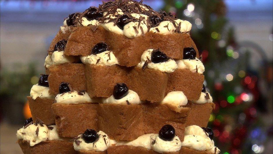 Pièce montée au panettone à la crème de mascarpone, chocolat et cerises au sirop