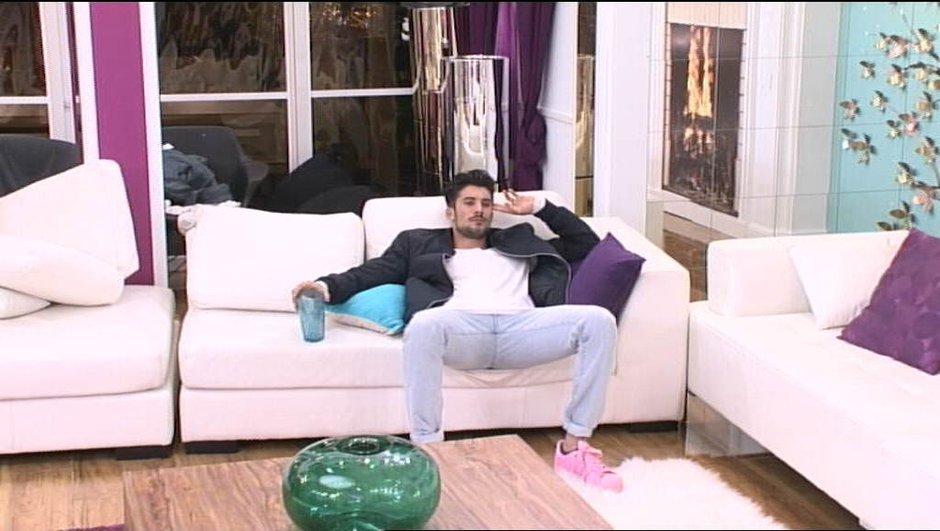 Ali, très touché par le départ d'Alia, s'isole du reste de la Maison