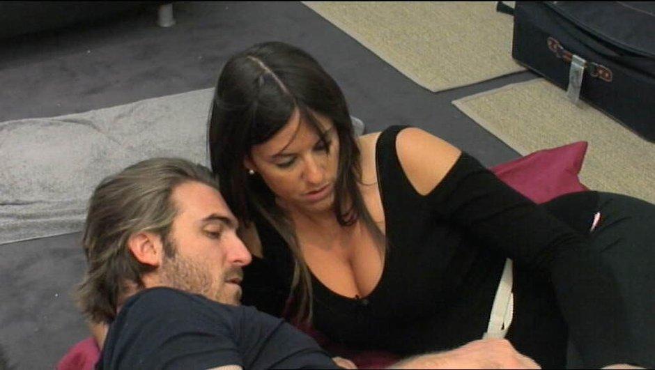 Kevin et Claudia se retrouvent pour un câlin furtif