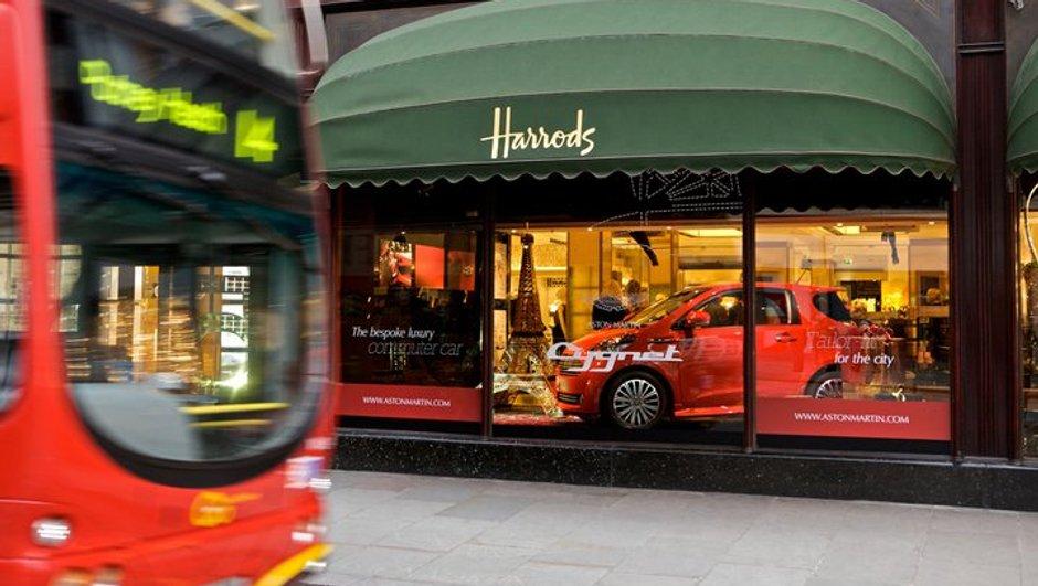 L'Aston Martin Cygnet en vitrine d'un grand magasin à Londres