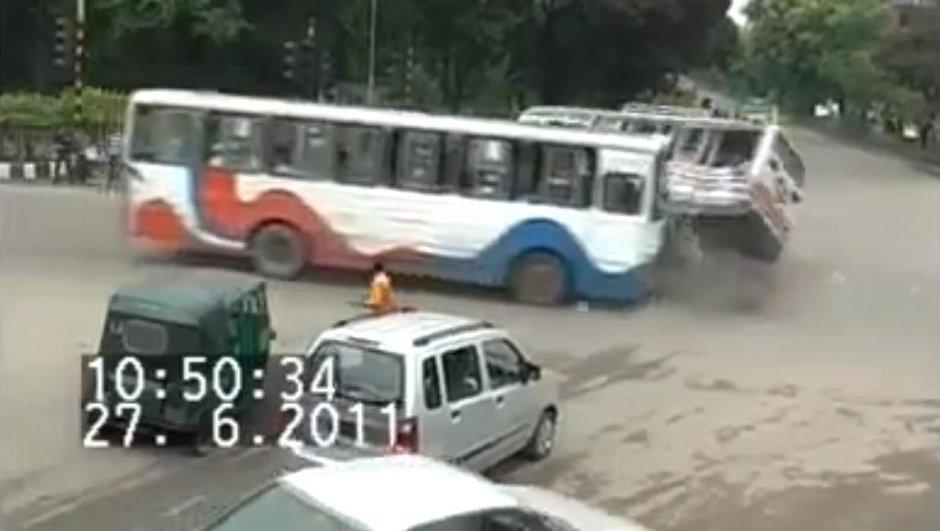 Vidéo : un accident de bus, et un chanceux au milieu !