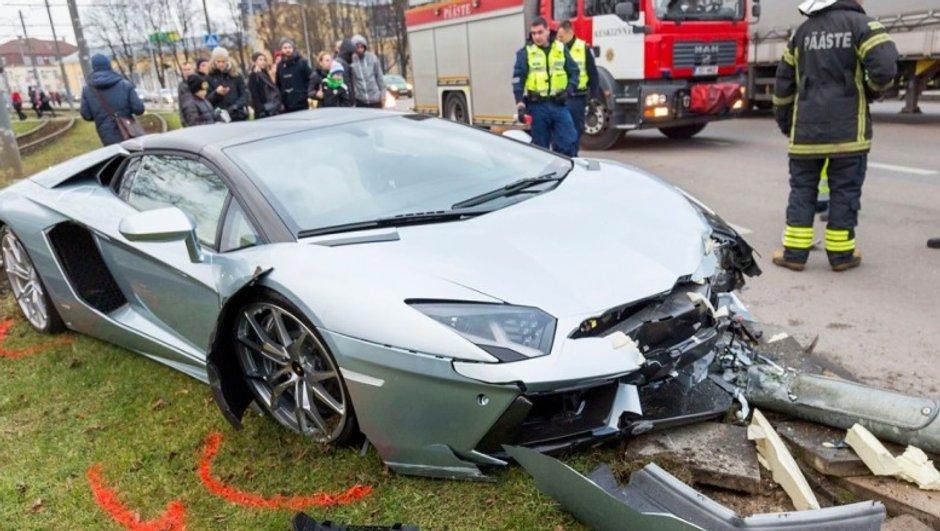 Insolite : une Lamborghini Aventador Roadster détruite en Estonie