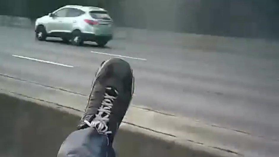 Insolite : Un peu énervé, un motard poursuit une voiture, la percute, et finit... sur son coffre