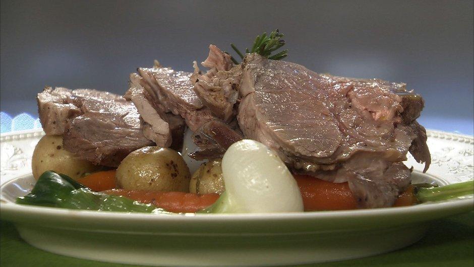 Gigot d'agneau cuit à la vapeur puis rôti aux légumes nouveaux