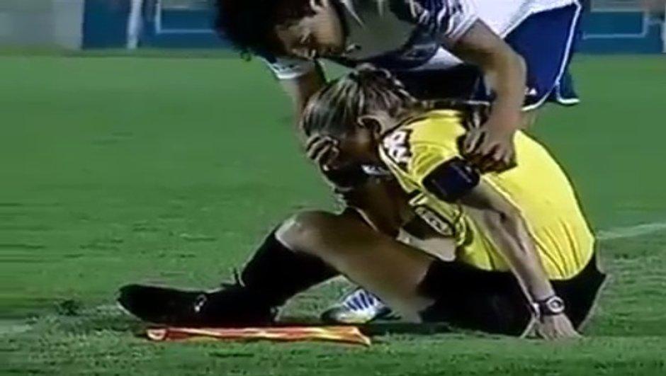 VIDEO Insolite : Une arbitre de touche sonnée par un ballon !