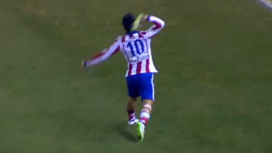 video-atletico-bar-arda-turan-lance-chaussure-l-arbitre-9408447
