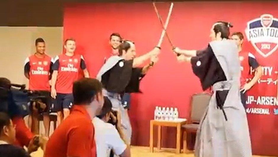 VIDEO Insolite : Combat de sabres entre Mertesacker et Podolski !