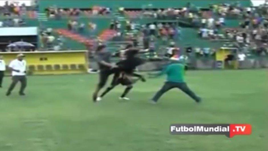 Vidéo insolite : Il assomme un envahisseur de terrain d'un violent coup de pied sauté à la tête