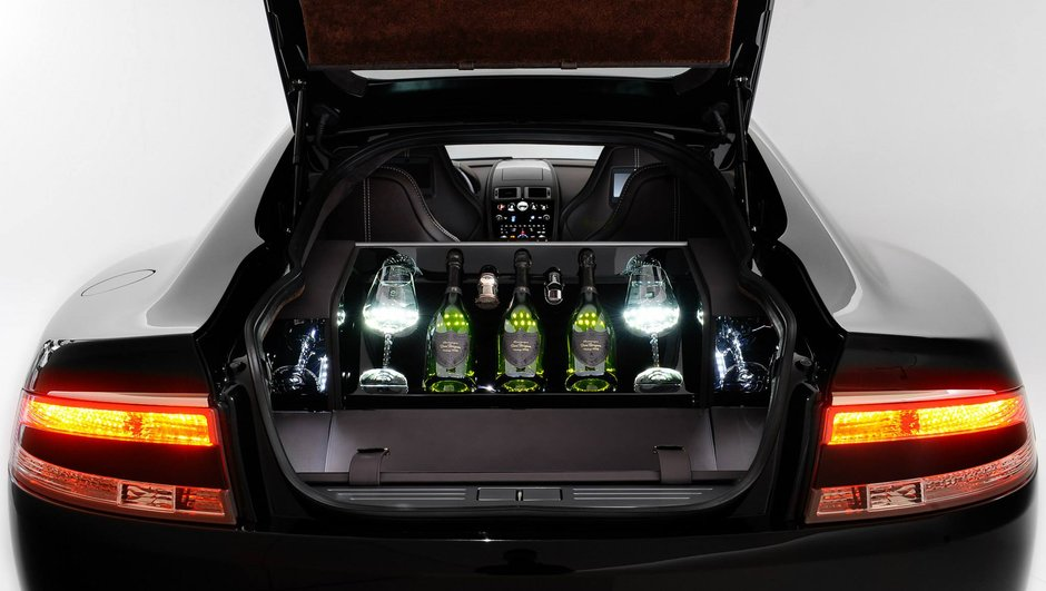 L'Aston Martin Rapide S ouvre le champagne Dom Pérignon