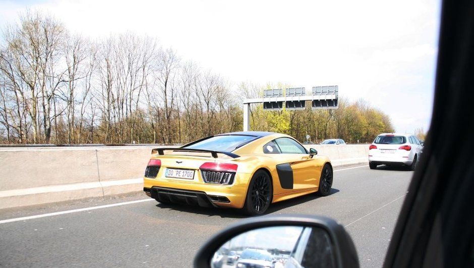 insolite-aubameyang-s-offre-une-audi-r8-or-8174995