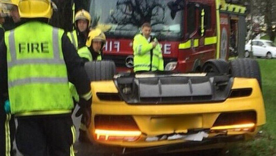 Insolite : une Audi R8 V10 plus se retrouve sur le toit au Royaume-Uni