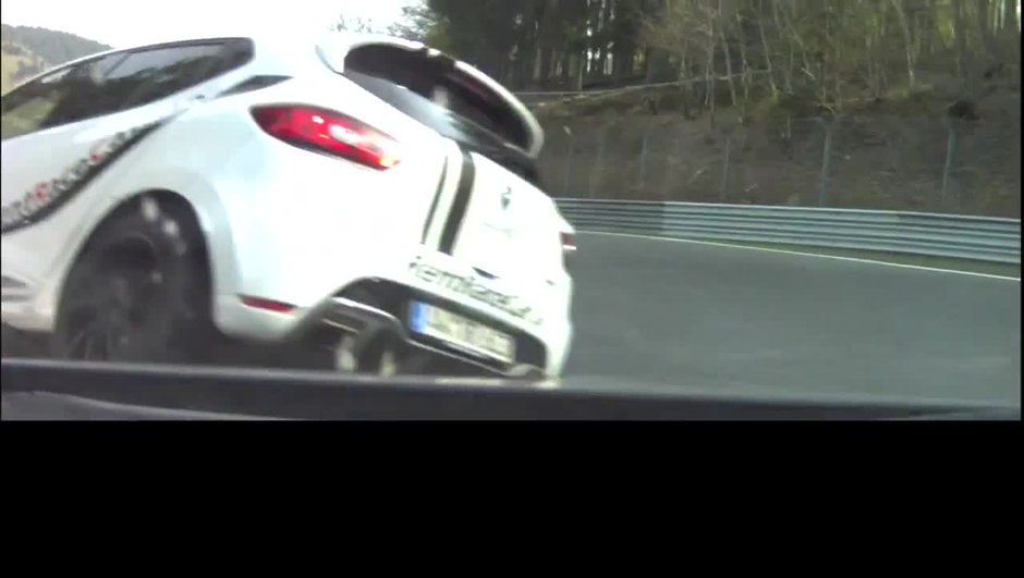 insolite-accident-d-une-clio-toit-nuerburgring-3090989