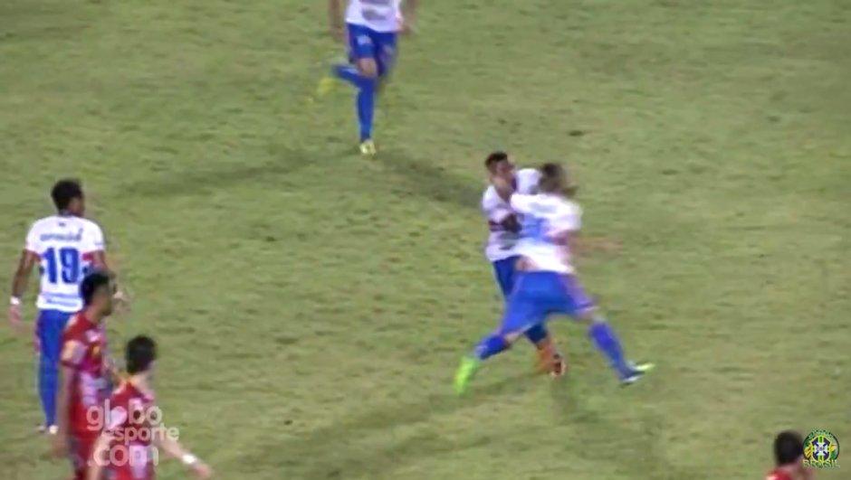 Vidéo insolite : Deux joueurs d'une même équipe se battent après avoir concédé 5 buts
