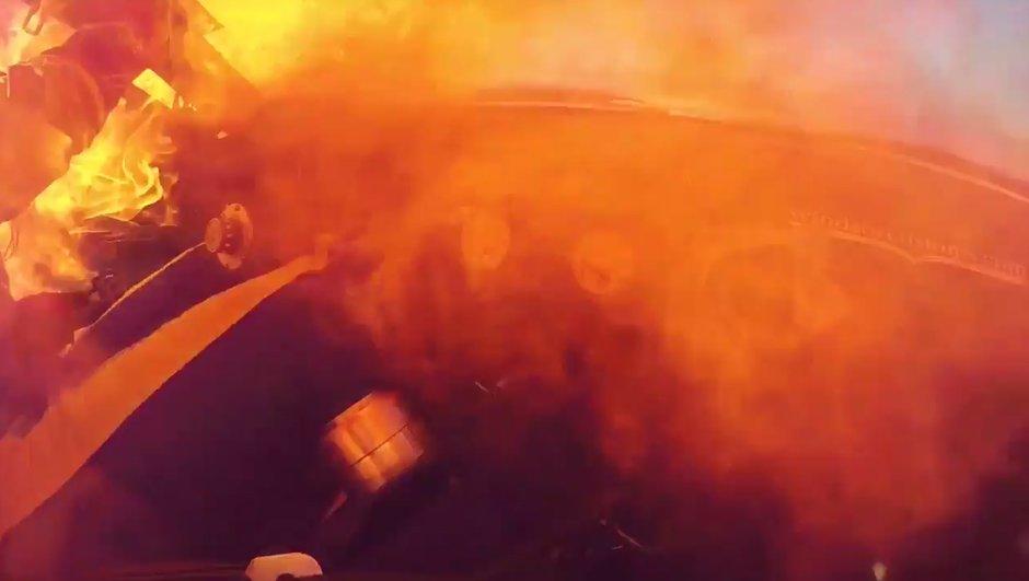 insolite-voiture-de-course-prend-feu-echappe-pire-0225608