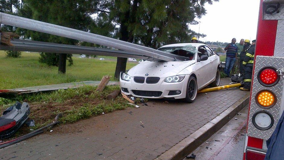 Insolite : il sort miraculé de sa BMW empalée par une glissière de sécurité