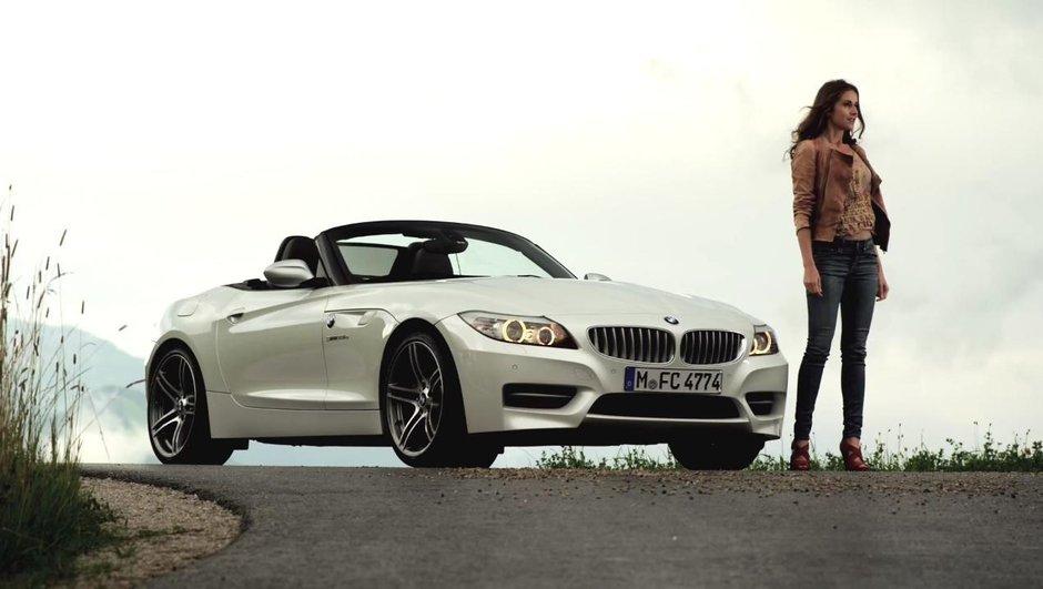 Vidéo : une femme entre la BMW Z4 de route et de course