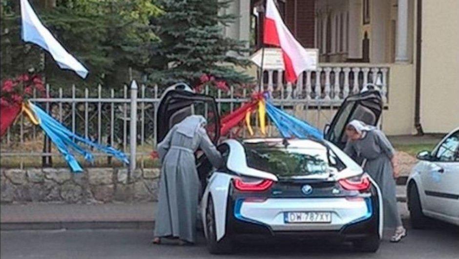 Insolite: quand deux bonnes sœurs montent à bord d'une BMW i8