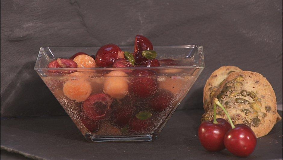 Soupe de cerises à la limonade et tuiles aux pistaches