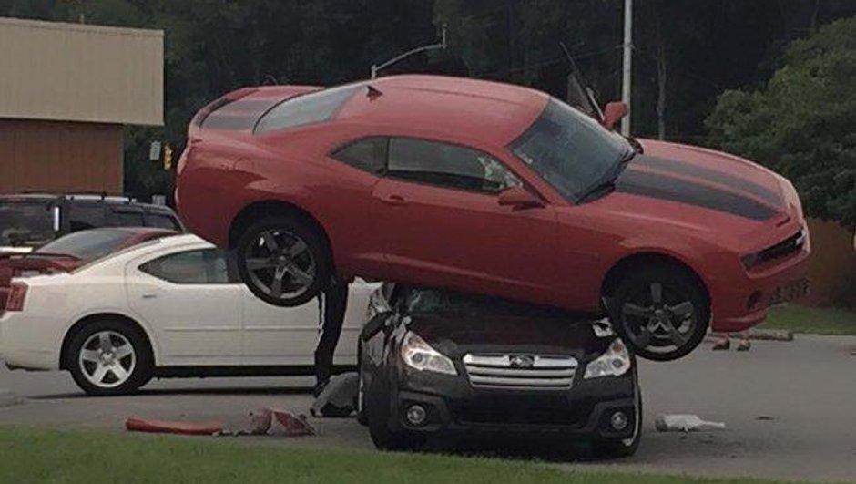 Insolite: Une Chevrolet Camaro finit sur le toit d'une Subaru !