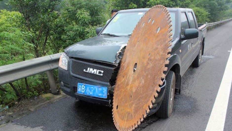 Insolite : Une scie géante percute un pick-up !