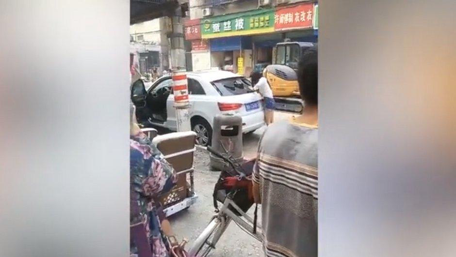 Vidéo Insolite : Elle casse sa voiture qu'elle juge trop petite