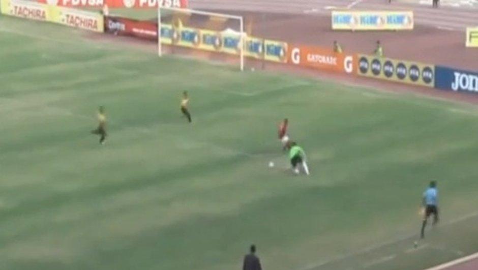 VIDEO Insolite : le gardien humilie un attaquant !