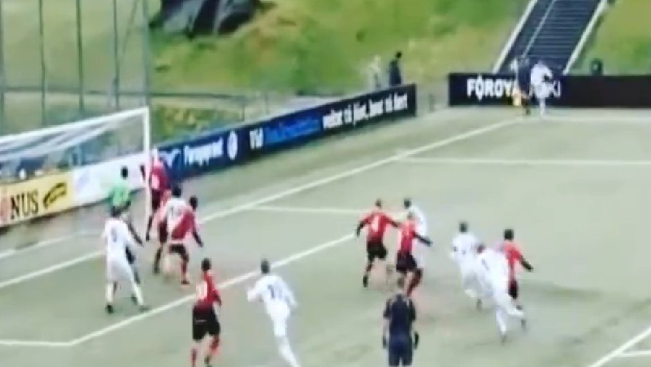 Vidéo : Il marque un corner rentrant de l'extérieur du pied !