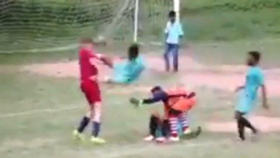 Vidéo insolite : Il calme un joueur avec un coup de pied sauté
