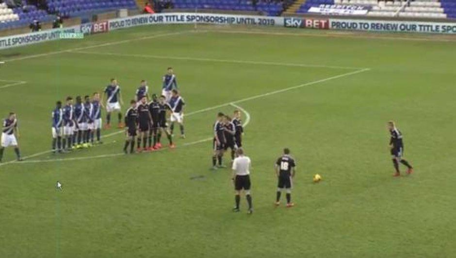 Vidéo insolite : La combinaison loufoque des joueurs de Brentford sur coup-franc