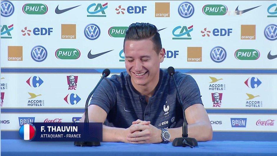 fou-rire-de-florian-thauvin-conference-de-presse-2005503