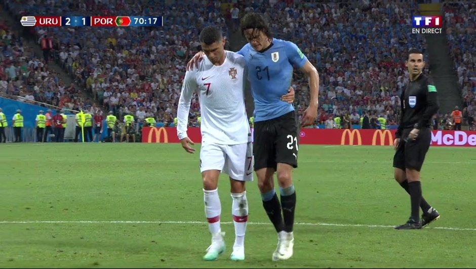 VIDÉO - Uruguay-Portugal : grand seigneur, Cristiano Ronaldo aide Cavani à quitter le terrain