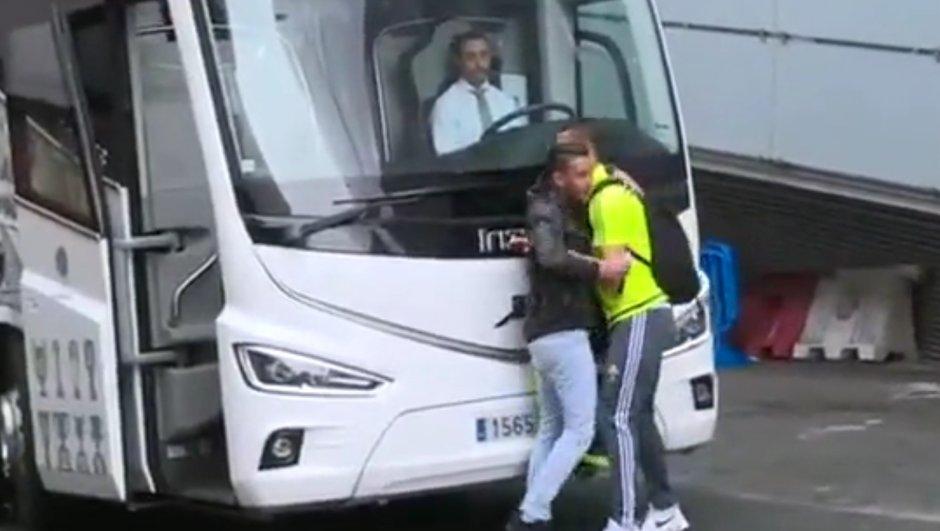 Vidéo insolite : Cristiano Ronaldo enlace un fan