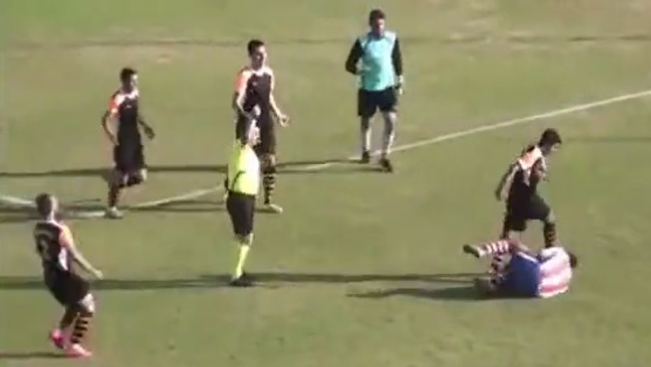 VIDEO Insolite : Un joueur turc frappe son adversaire au sol