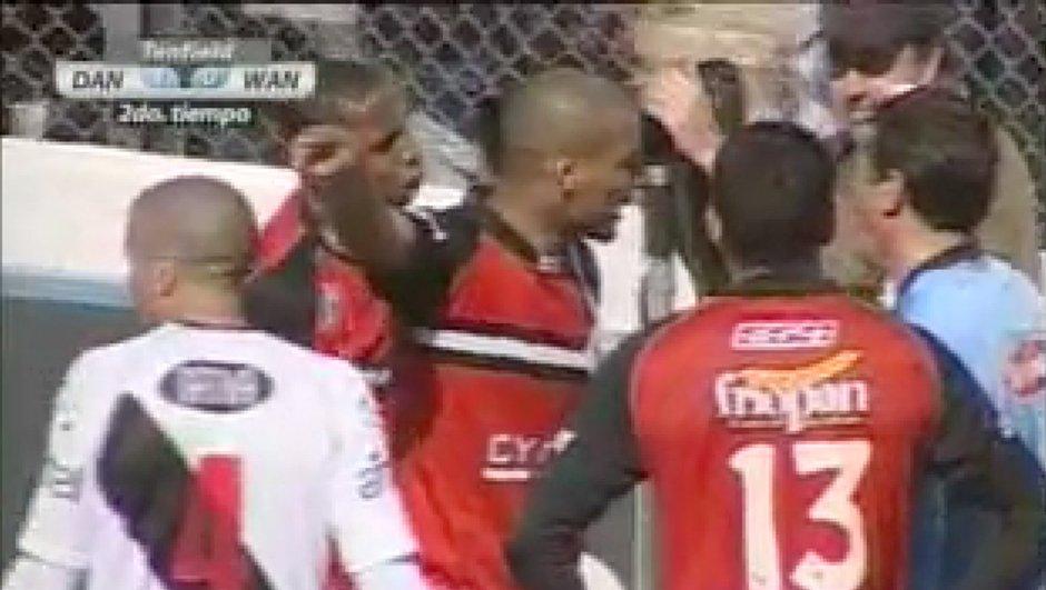 Insolite : un joueur frappe l'arbitre ! (vidéo)