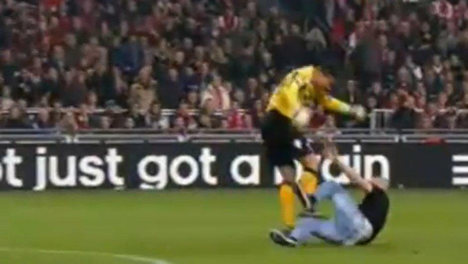 Insolite : le gardien se bat avec un supporter ! (vidéo)