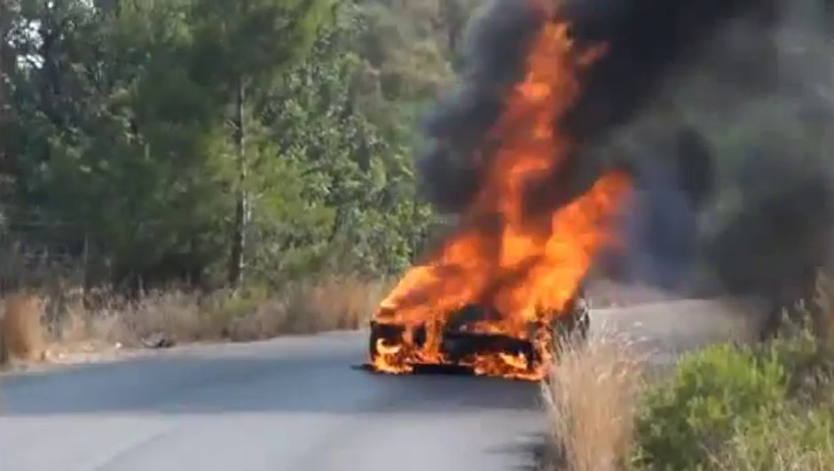 Insolite : la Ferrari du footballeur Banega en flammes